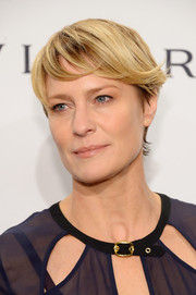 Robin Wright attended the amfAR New York Gala wearing a short 'do with flipped bangs.