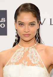 Shanina Shaik looked oh-so-sexy with her wet-look side-parted hairstyle at the amfAR New York Gala.