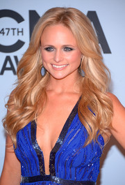 Miranda Lambert sported a sweet wavy 'do when she attended the CMA Awards.