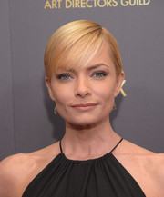 Jaime Pressly wore her short blonde hair in a neat side-parted style with wispy bangs during the Art Directors Guild Awards.
