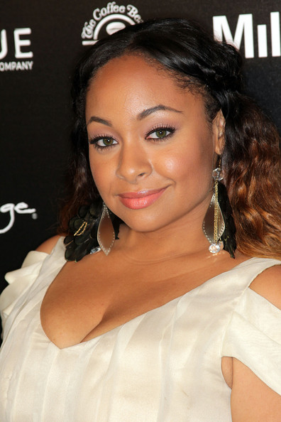 Raven highlighted her two-toned locks with decorative dangle earrings.
