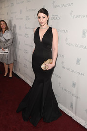 Michelle Trachtenberg paired her elegant gown with a geometric gold Stark clutch.