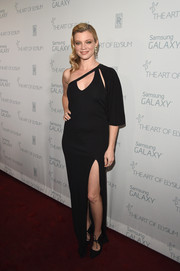 Amy Smart smoldered on the Art of Elysium red carpet in a black one-shoulder gown with a cleavage-baring cutout and a thigh-high slit.