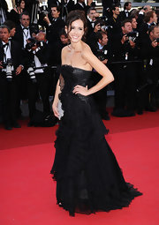Leslie looked lovely at the Cannes Film Festival in a strapless black gown with ruffled pleats.