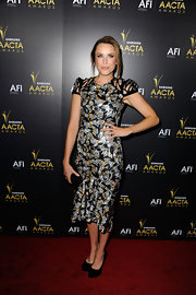 Jessica topped off her printed cocktail dress with classic black suede pumps.
