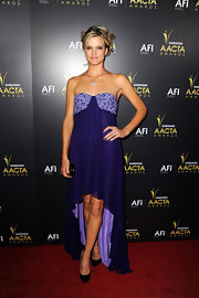 Missi Pyle wore an elegant purple gown with a loose silhouette for the Australian Academy of Cinema Awards.