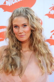 Delta Goodrem styled her hair in an enchanting half-up half-down wavy style for the 2009 Australian Nickelodeon Kids' Choice Awards.