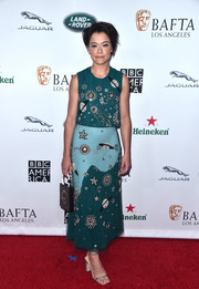 Tatiana Maslany paired her top with a matching two-tone, pleated skirt.