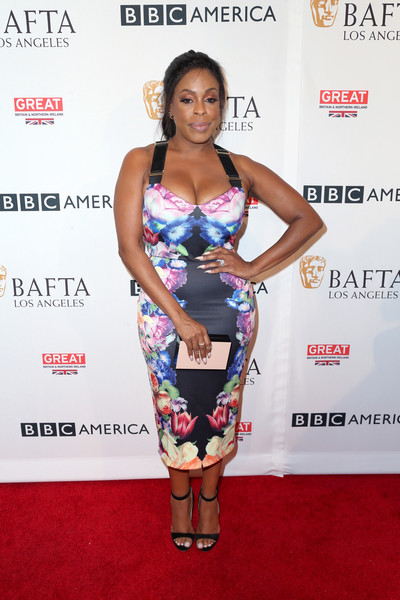 Niecy Nash topped off her look with a simple two-tone box clutch.