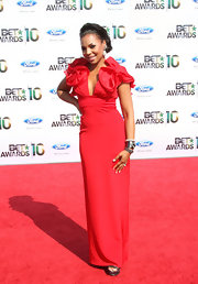 R&B singer Ashanti showed off her ruffled red evening gown while walking the red carpet at the BET Awards.