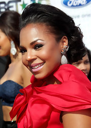 Ashanti hit the red carpet sporting a sophisticated updo with a messy low bun and added volume on top.