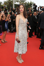 Berenice Bejo paired her dress with a chic gold box clutch.