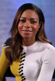 Naomie Harris visited BUILD for a live interview wearing her hair in a gently wavy style.