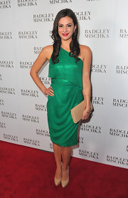 Briana Lane accented her emerald dress with a nude envelope clutch at the Badgley Mischka store launch.