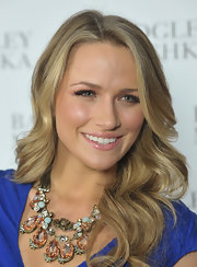 Shantel VanSanten styled her sandy blond locks in soft curls.