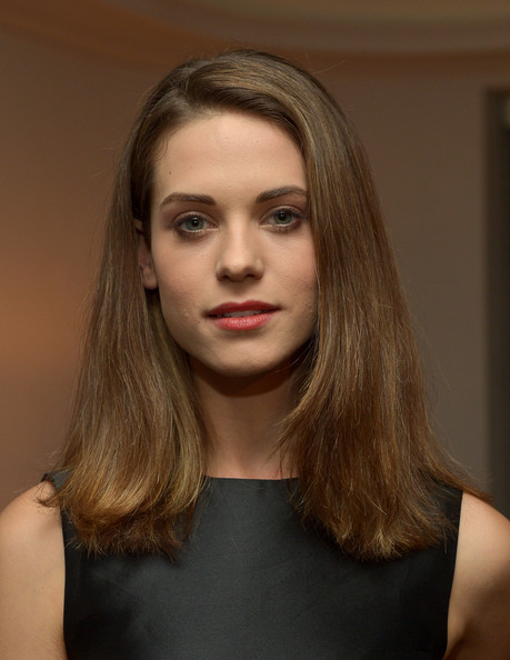 More Pics of Lyndsy Fonseca Flip (1 of 10) - Shoulder Length Hairstyles Lookbook - StyleBistro