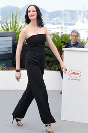 Eva Green styled her look with tricolor peep-toe heels by Elie Saab.