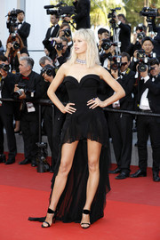 Karolina Kurkova complemented her dress with black patent and velvet sandals by Giuseppe Zanotti.