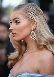 Elsa Hosk sealed off her stunning look with a pair of diamond chandelier earrings.