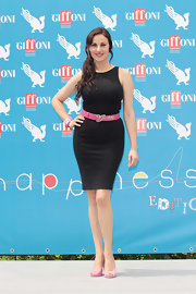 Isabelle showed off her curves in this sleeveless black sheath dress, which she accessorized with a hot pink belt.