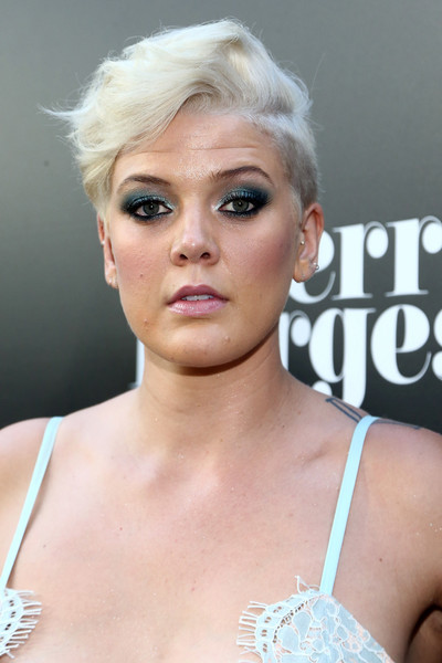 Betty Who Fauxhawk [sierra burgess is a loser,hair,face,hairstyle,blond,eyebrow,lip,beauty,skin,eyelash,chin,betty who,arclight hollywood,california,netflix,red carpet,premiere]