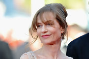 Isabelle Huppert attended the premiere of 'Biutiful' looking elegant with her loose updo.