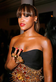 Eve accented her strapless dress and spiked belt with a Divorce ring, which features two bird skulls and small red roses.