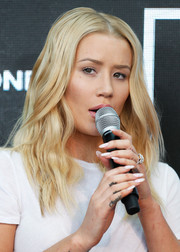 Iggy Azalea wore her blonde hair parted at the center with edgy-glam waves during Bonds' 100th birthday celebration.