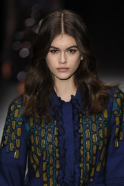 Kaia Gerber wore her hair just past her shoulders in a subtly wavy style at the Bottega Veneta runway show.