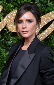 For her beauty look, Victoria Beckham opted for a smoky eye and a nude lip.