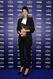 Giovanna Battaglia styled her understated outfit with an edgy-chic triangular leather clutch.