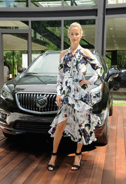 Carolyn Murphy was trendy and feminine in the Erdem 'Aila' cold-shoulder print blouse while attending the Buick Studio Envision event.