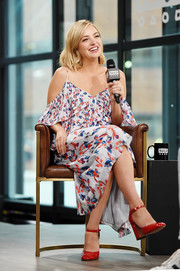 Abby Elliott rounded out her charming look with a pair of red patent Mary Janes.