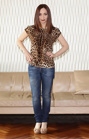 Chiara Francini wore this leopard print tee with jeans for the 'Buona Giornata' Milan photocall.
