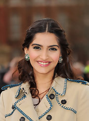 Sonam Kapoor looked very feminine at the Burberry fashion show with this curly half-up half-down 'do.