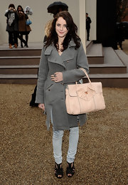 Kaya lightened up her cold weather look with a blush leather tote inspired by the Birkin bag.