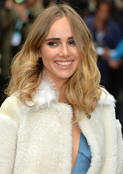 Suki Waterhouse wore bouncy, high-volume curls during the Burberry fashion show.