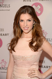 Anna Kendrick looked oh-so-lovely wearing this loose wavy 'do at the Hive with Heart Campaign launch.