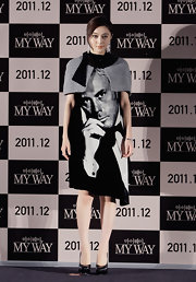 Fan Bingbing loves original looks. She wore a unique black-and-white print shift dress with a  shoulder shrug for the Busan International Film Festival.