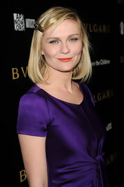 Kirsten wore a bronze hair pin in her blond bob.