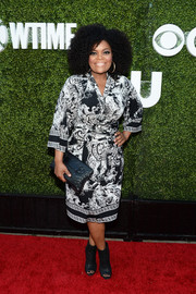 Yvette Nicole Brown chose a kimono-inspired black-and-white print dress by BCBG for her CBS Summer TCA Party look.