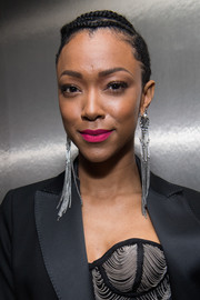 Sonequa Martin-Green brightened up her beauty look with a swipe of matte pink lipstick.