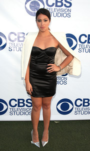 Gina Rodriguez sealed off her foxy look with a pair of silver pointy pumps.