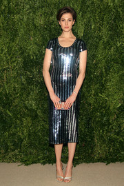 Elettra Wiedemann completed her shimmery ensemble with a pair of silver evening sandals.