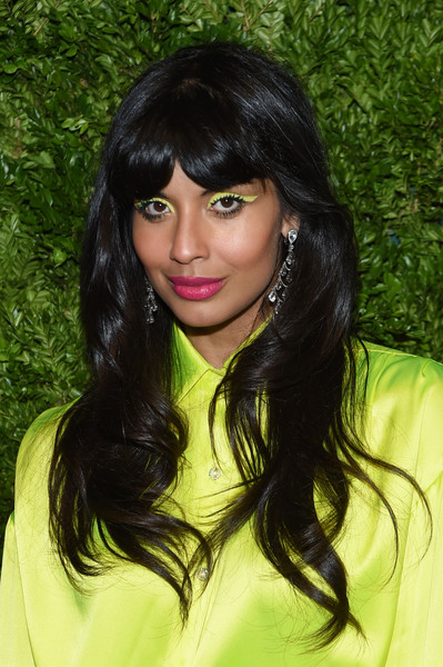 Jameela Jamil looked cute with her long waves and parted bangs at the 2019 CFDA/Vogue Fashion Fund Awards.