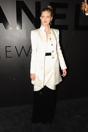 Lindsey Wixson looked regal in her white and black coat and dress compilation. Someone find her a prince, stat!