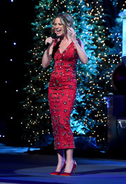 Jennifer Nettles coordinated her dress with a pair of embellished red satin pumps.