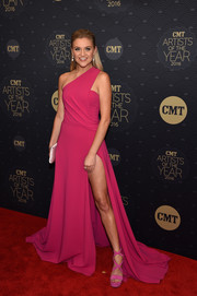 Kelsea Ballerini sealed off her monochromatic look with a pair of hot-pink platform sandals by Stuart Weitzman.