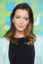 Katie Cassidy accessorized with a lovely pair of 14-carat honey gold earrings with chocolate diamonds.