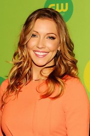 Katie Cassidy's bouncy waves gave her a fun and flirty red carpet look at CW's Upfront celebration.